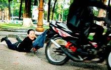 Vờ hỏi đường, cướp xe máy