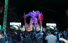 Đả nữ Ngô Thanh Vân tạo dáng bên mô hình Optimus Prime