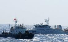 Tàu Trung Quốc giở trò ném đá và chai lọ sang tàu Việt Nam