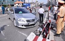 Ô tô bị cán đinh, húc văng dải phân cách và 2 xe máy