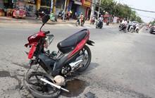 Cố vượt đèn vàng, tông rớt bánh xe máy người khác
