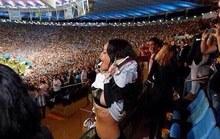 Rihanna khoe vòng một mừng Đức chiến thắng