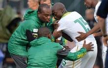 """Tung cú """"ngả bàn đèn"""", tiền đạo Cameroon trật khớp vai, nghỉ World Cup"""