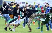 Người biểu tình xông vào sân đánh cầu thủ