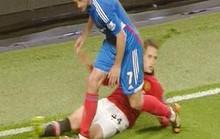 Phil Jones chấn thương nặng, Januzaj suýt gãy chân