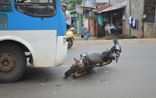 Xe buýt tông xe máy, 2 người nhập viện
