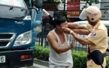 Giật biên bản bỏ chạy còn tông xe cảnh sát giao thông