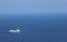 Soái hạm Mỹ đối mặt 2 tàu Trung Quốc trên biển Đông
