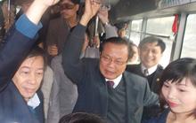Bí thư Thành ủy Hà Nội đứng suốt hành trình trên xe buýt