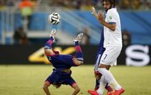 Nhật Bản không thắng nổi 10 người Hy Lạp