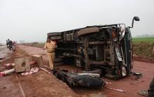 Chạy sai làn đường xe tải tông xe máy, 2 vợ chồng thương vong