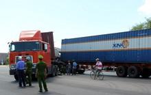 Hai xe container húc nhau