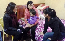 Người vợ trẻ của thuyền viên bị cướp biển sát hại khóc ngất bên 2 con nhỏ