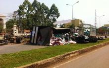 Xe chở phân lật nhào trên quốc lộ