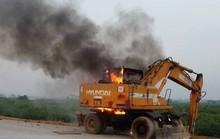 Đang thi công đường dẫn cầu Thanh Trì, máy xúc bốc cháy dữ dội