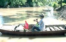 Cầu bị nước cuốn, mặc dân treo tính mạng