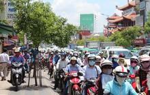 Xe bồn tông taxi, hàng ngàn người phơi nắng trên đường Nam Kỳ Khởi Nghĩa