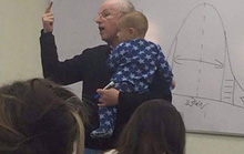Giáo sư vừa dỗ trẻ vừa giảng bài