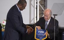"""""""Bóng đá bị bắt cóc"""" và tấm thẻ đỏ dành cho FIFA"""