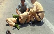 CSGT bị người vi phạm giao thông tông gãy chân