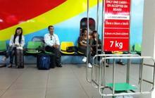 Nữ hành khách tung cước đạp nam nhân viên hàng không