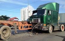 Xe đầu kéo tông nhau, đường vào cảng Cát Lái kẹt cứng