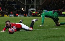 Rooney ăn vạ, HLV Hodgson bị chửi lây