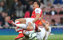 Thua Swansea, Arsenal bị M.U phả hơi nóng