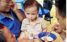 Bé 2 tuổi sống sót trong đồn điền đầy rắn