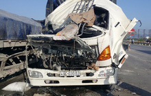 Xe tải tông xe đầu kéo, phụ xe chết kẹt trong cabin