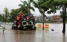 Điều xe đặc chủng hải quân giải cứu người dân bị ngập sâu