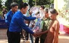 Tặng hàng trăm phần quà cho người dân xã biên giới