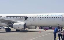 Hành khách ngồi xe lăn bị nghi đánh bom làm thủng máy bay