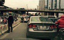 Người đàn ông đi Honda Civic tiểu bậy giữa phố Hà Nội