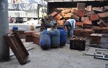 Xe tải chở ong lật úp, ong đốt nhiều người đi đường
