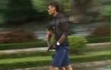 Bị truy đuổi, bố dí súng vào con trai để chạy trốn