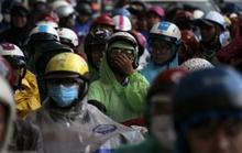 Kẹt xe kinh hoàng, người Sài Gòn chết lặng dưới cơn mưa
