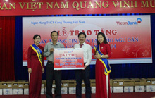 Trao tặng 30 máy thông tin liên lạc cho ngư dân Quảng Bình