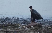 Sau lũ, rác thải ngập bờ biển Quảng Bình