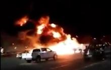 Máy bay đâm xuống bãi đậu xe, lửa khói ngút trời