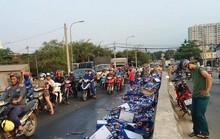 Bia đổ xuống cầu vượt Gò Dưa, dân ra tay dọn giúp