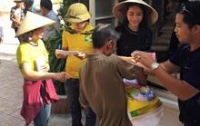 Ca sĩ Thủy Tiên thay Công Vinh cứu trợ đồng bào lũ lụt miền Trung