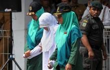 Ngoại tình, cô gái Indonesia lãnh đủ 100 roi đau đớn