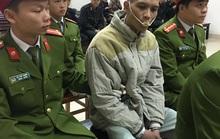 Bị cáo thảm sát ở Quảng Ninh ra tòa với dụng cụ chống cắn lưỡi