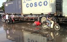 Vấp ổ gà, một phụ nữ suýt chết dưới bánh xe container
