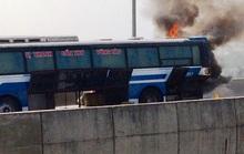 Xe khách bốc cháy dữ dội trên cao tốc TP HCM - Trung Lương