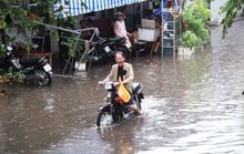 Sài Gòn sau mưa đầu mùa, dân đã bì bõm lội nước