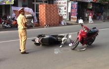 Hai xe máy đấu đầu, cô gái trẻ nguy kịch