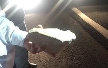 Xe khách nghi bị ném hòn đá 6 kg trên cao tốc, tài xế bị thương