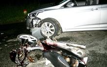 Ô tô 4 chỗ tông xe máy bẹp dúm trong đêm